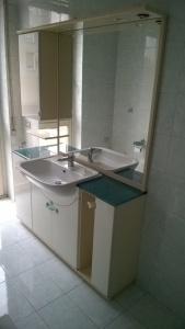 mobile bagno con marmo verde