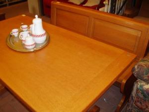 vista frontale tavolo in abete massello
