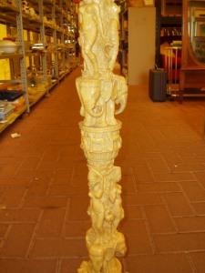 particolare figure colonna in finto avorio