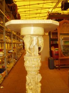 dettaglio figure elefanti colonna portavasi