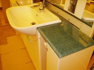 piano in marmo verde del mobile bagno