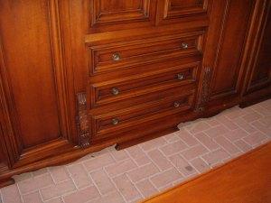 particolare cassettiera armadio noce scuro