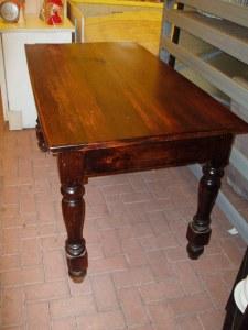 tavolo antico scuro vista laterale