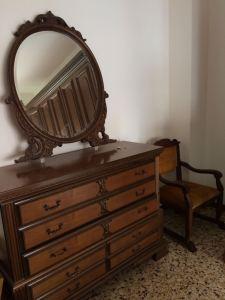 comò e specchio di camera classica in noce scuro