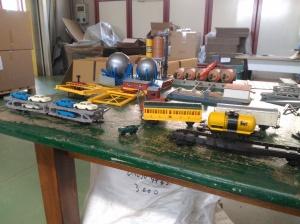 particolare di alcuni elementi del plastico e vagoni