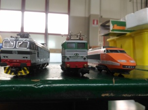 vista frontale di tre locomotori