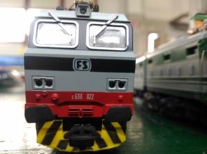particolare locomotiva grigia con numero serie