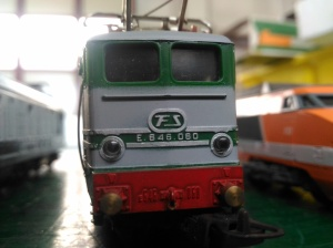 particolare locomotiva verde con numero serie