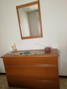 comò e specchio di camera marrone