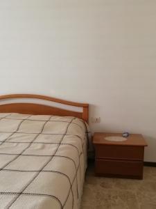 letto con comodino di camera marrone